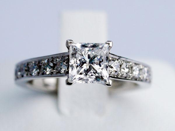 プリンセスカット 婚約指輪 ダイヤモンド