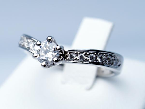 上品なV字婚約指輪