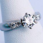 石留めのレベルの高さが伝わる婚約指輪