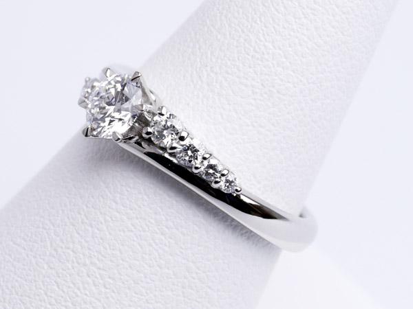 7個のダイヤモンド、アンシンメトリーが美しい婚約指輪