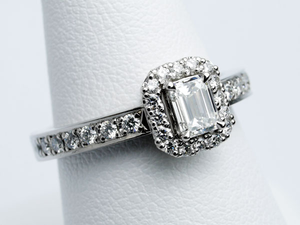 エメラルドカット 婚約指輪