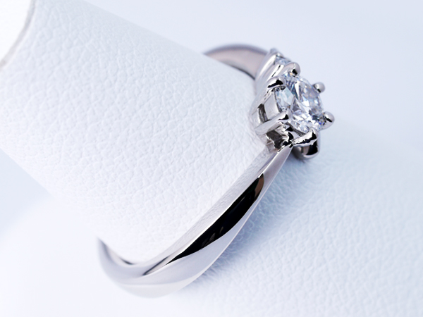 愛する人のイニシャルをイメージした婚約指輪