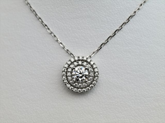 豪華にダイヤモンドを二重に取り巻く、オーダーメイドのネックレス