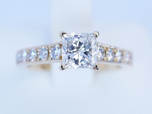 プリンセスカット 婚約指輪 ゴールド