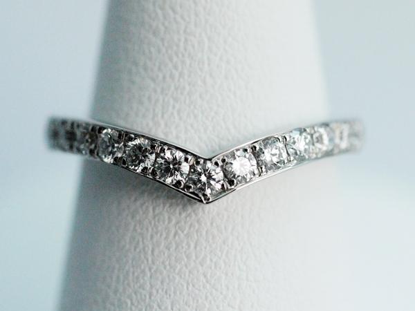V字のエタニティリング 0.42ctのダイヤモンド