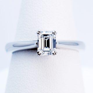 エメラルドカットのオーダーメイドの婚約指輪