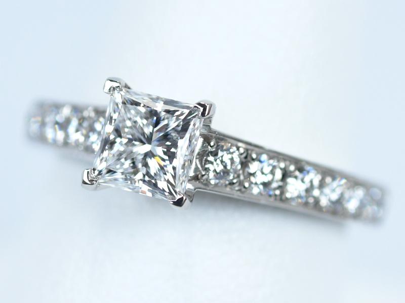 プリンセスカットの婚約指輪 クリスマスにプロポーズするお客様のために!