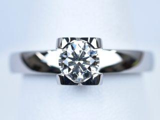 0.7カラットのダイヤモンドを使ったハートの婚約指輪