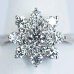 ダイヤモンドで花を表現した婚約指輪