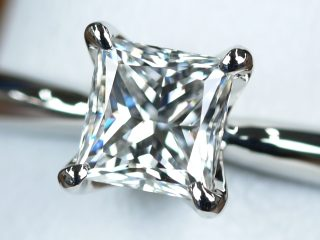 ソリテール プリンセスカットの婚約指輪。北海道札幌市のK様からのご注文です。