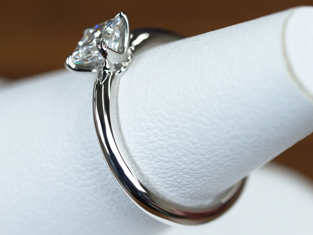 ソリテール プリンセスカットの婚約指輪