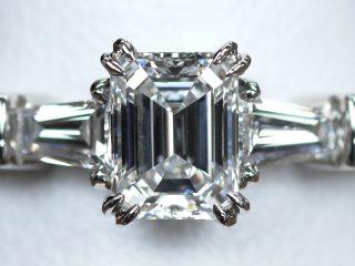 エメラルドカットの婚約指輪。0.55カラットのダイヤモンド 両脇にはテーパードカットを使用!
