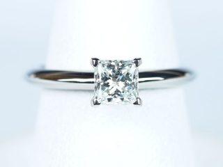 東京都のお客様 プリンセスカット 【0.53ct E VS1】の婚約指輪。エタニティリングと重ねて使えるように少し高くデザインした、オーダーメイドの婚約指輪です。