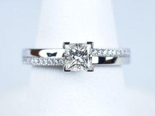 東京都のお客様 プリンセスカット 【0.51ct F VVS2】の婚約指輪。幾何学的なデザインのオーダーメイドのエンゲージメントリングです。