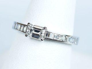 エメラルドカット 0.386カラット E VVS1 両脇にバケットカットを留めたデザインの婚約指輪です。