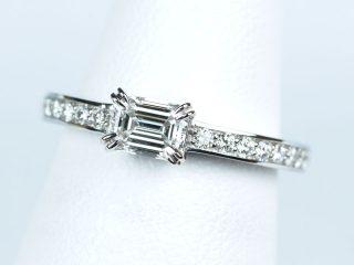 エメラルドカットの婚約指輪。両脇にダイヤモンドが18個 エタニティリングのようなデザインです。
