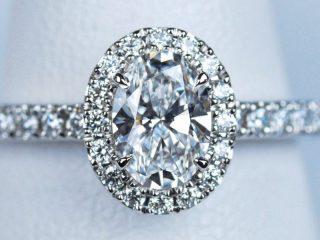 オーバルカット 0.58ct D VVS1のダイヤモンド 婚約指輪