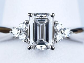 婚約指輪 0.71カラット D VVS1 両脇に6個のダイヤモンド