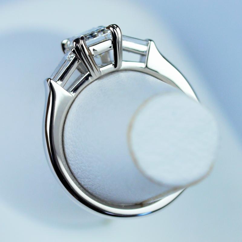 エメラルドカット 婚約指輪 テーパード・バゲットカット