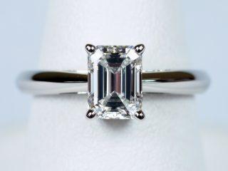 東京都、働く女性のために0.9カラットのエメラルドカットの指輪を製作しました。