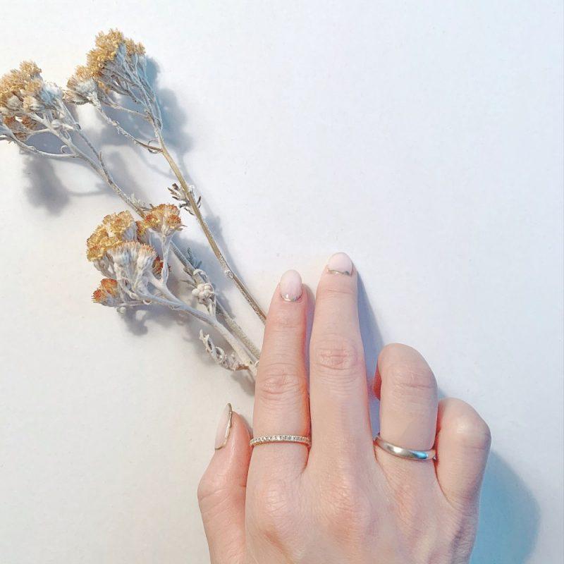"""価格 62,000円(税込) 個数 サイズ カートに入れる サンプル 無料レンタル リングゲージ 無料レンタル サイズ 幅2.5mm 厚さ1.6mm 付属品 専用ケース セットにお薦めの商品 この結婚指輪を新婦が使う場合、男性は以下の結婚指輪が最適です。 ■結婚指輪No1 幅3.0ミリ プラチナ つや消し 幅2.5ミリ、主に女性用の結婚指輪です。 シンプルなデザインを求めるお客様へ。 手によく馴染み、着け心地の良い結婚指輪です。 結婚指輪は一生使う物です。 だから、何十年経っても飽きないデザインは魅力的です。 結婚指輪No.1のデザインは【甲丸】と呼ばれます。 この結婚指輪は目の細かいヤスリを使って""""つや消し""""に仕上げています。 アンティークな印象の結婚指輪を探しているお客様にはピッタリの商品です。 何度も原型を作り、最高の着け心地を目指しました。 多くのお客様が「着けていて、気持ちが良い」とおっしゃいます。 長い間、ずっと愛されてきたデザイン。 お二人が一生使うパートナーとして、相応(ふさわ)しいデザインです。 他に""""つや消し""""にしたい結婚指輪があったら、お気軽にご相談ください。"""