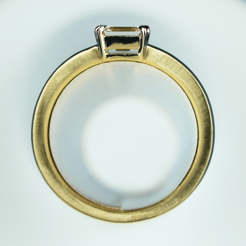 エメラルドカット 婚約指輪 ハリー・ウィンストン
