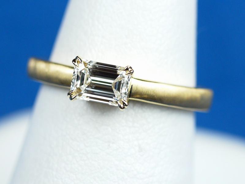 エメラルドカット 横向き 婚約指輪